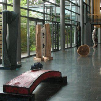 Gegensätzliche Symbiose II - Eiche, Edelstahl - 2007 - 230 x 110 x 20 cm - Holzbildhauer-Symposium in Luckenwalde / Ausstellung im Kreishaus Teltow-Fläming, Luckenwalde