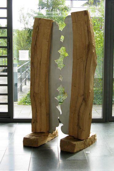 Gegensätzliche Symbiose I - Eiche, Edelstahl - 2007 - 230 x 110 x 20 cm - Holzbildhauer-Symposium in Luckenwalde / Ausstellung im Kreishaus Teltow-Fläming, Luckenwalde