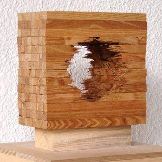 Kugel im Kubus - gebrochene Robinie - 2014 - 27 x 27 x 16 cm