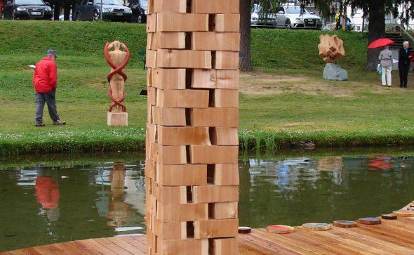 """Die Regeln machen Wir! - 11. Internationales Bildhauersymposium Davos (CH): """"Was ich schaffe ist mein Reich"""" - 2015 - 40 x 40 x 210 cm - Lärche gespalten"""