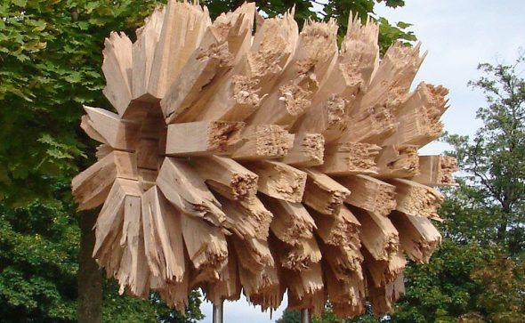 ZYLINDER, Eiche, geschnitten, gebrochen, Skulptur außen: ca. 70 x 70 x70 cm, Durchblick im Durchmesser ca. 25 cm, Sockel: ca. 35 x 35 x 140 cm